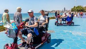 Turistas extranjeros pasean por uno de los paseos marítimos de Benidorm, este mes de agosto.