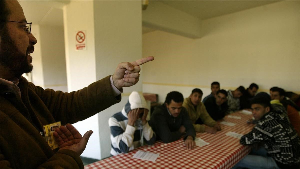 Una charla en prisión. El imán de la mezquita de la M-30 de Madrid, Mohamed Kharchich, habla a un grupo de presos musulmanes marroquíes en el Centro Penitenciario Madrid II Alcalá-Meco.