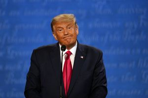 DonaldTrump gesticula durante el debate con Biden.