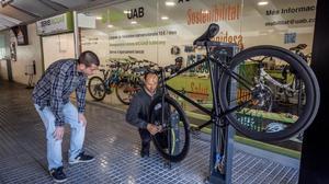 Un trabajador del servicio BiciUAB, con un usuario.