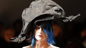 La modelo británica Stella Tennant presenta una de las creaciones de Marco Zanini para la casaSchiaparelli.