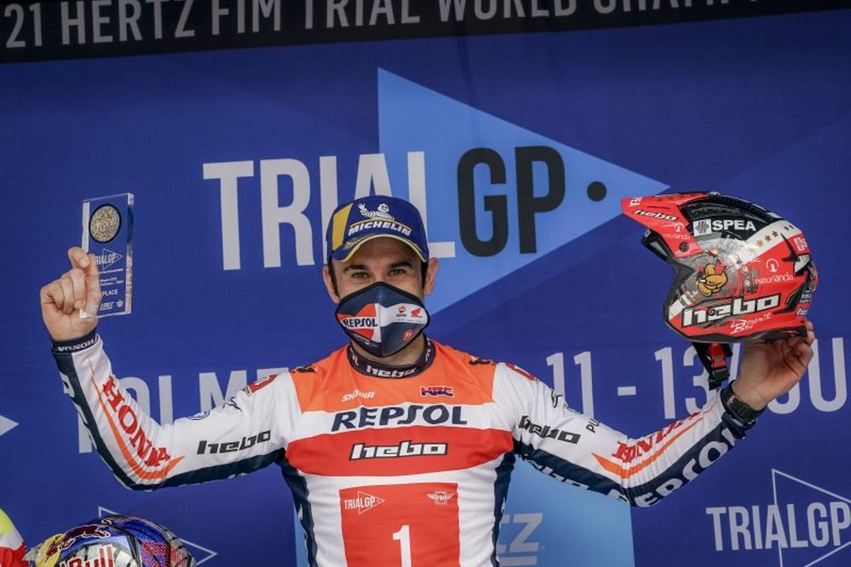 El catalán Toni Bou, feliz tras conseguir, hoy, su título mundial nº 29 de trial.