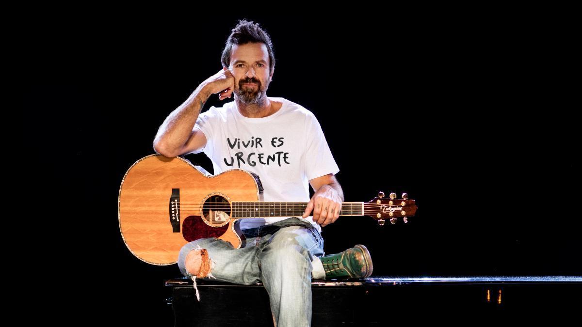 Pau Donés, con la camiseta diseñada por él en un concierto benéfico celebrado en la Plaza del Zócalo de Ciudad de México (octubre de 2017), dos años después de anunciar que tenía cáncer.