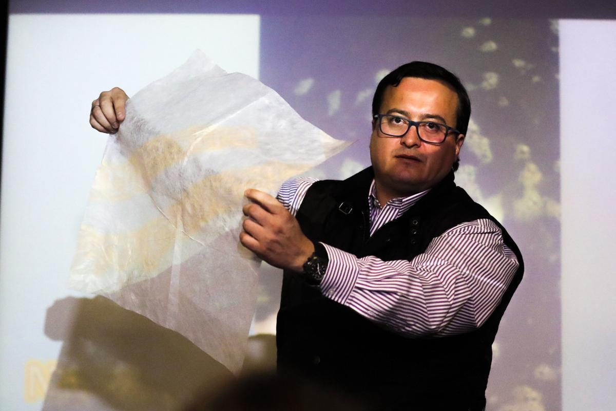 El gerente comercial de Solubag, Cristian Olivares, realiza la demostración de una bolsa hidrosoluble.