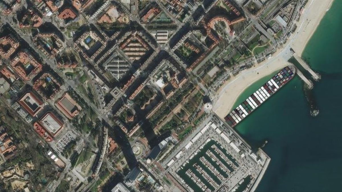 El 'Ever Green', encajado en la playa Nova Icària de Barcelona.