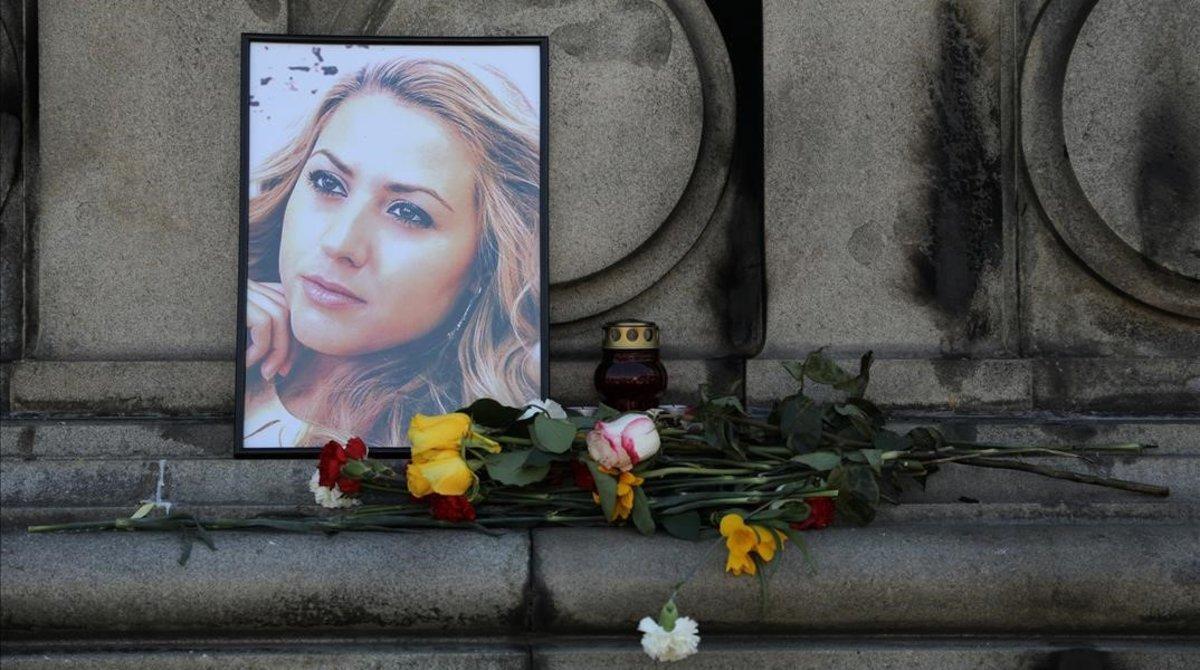 Ofrenda floral en homenaje a la periodista Viktoria Marinova, fallecida en la ciudad búlgara de Ruse.