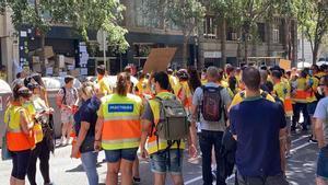 Protesta de conductores de ambulancia frente al despacho en ERC de la 'consellera' de Salut, Alba Vergés.