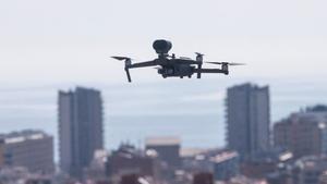 GRAFCAT4611. BADALONA (BARCELONA), 08/04/2020.- La Guardia Urbana de Badalona ha estrenado este miércoles un dron que empleará en situaciones de crisis y emergencia y que aprovechará estos días para detectar posibles infracciones del confinamiento. EFE/Quique Garcia