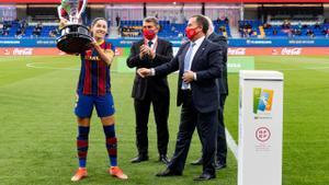 Vicky Losada celebra la Liga junto a Joan Laporta.