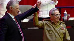 Miguel Díaz-Cane, presidente de Cuba, junto al General de Ejército Raúl Castro, tras su elección como primer secretario del Comité Central del Partido Comunista de Cuba, hoy en La Habana.