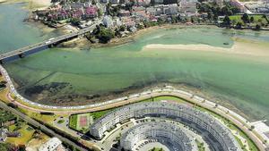Al fondo, vista aérea de la zona de la ría con el posible yacimiento romano.