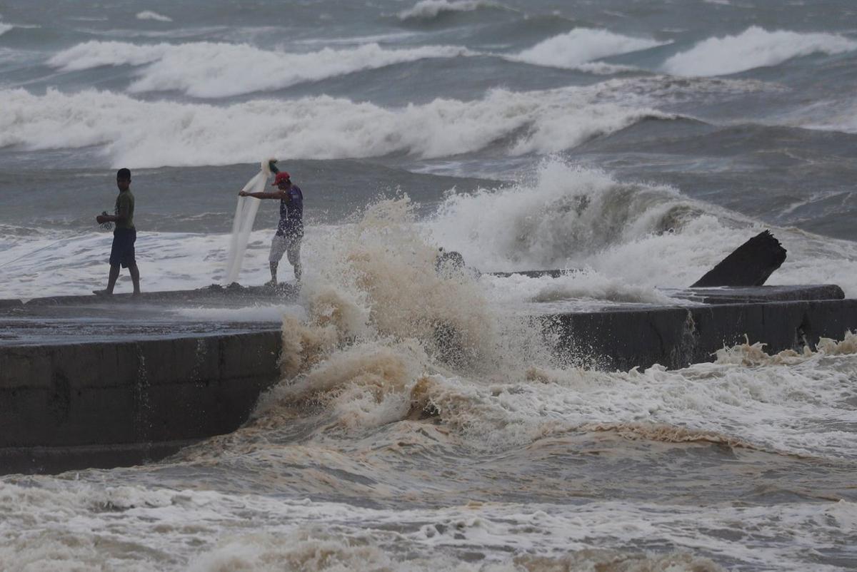 Batanes se prepara para las fuertes lluvias y vientos que arrastra el tifón.