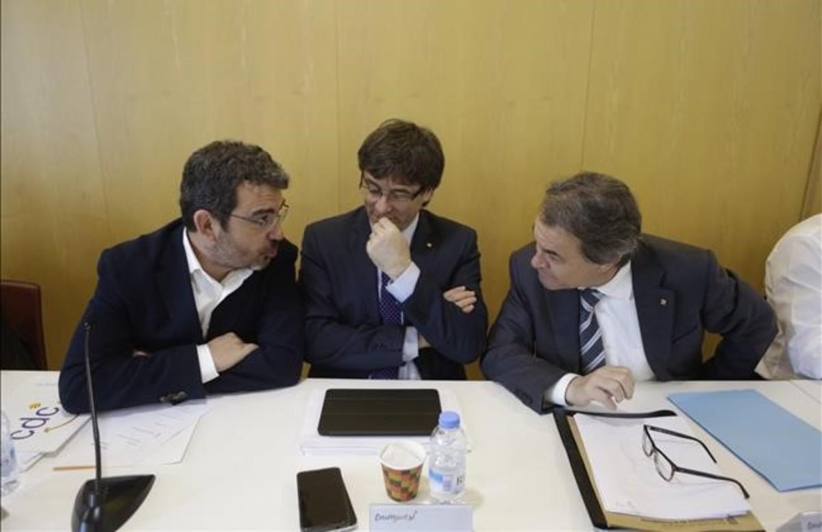 Francesc Sanchez, Carles Puigdemont y Artur Mas, en la reunión de la ejecutiva de CDC, este lunes.