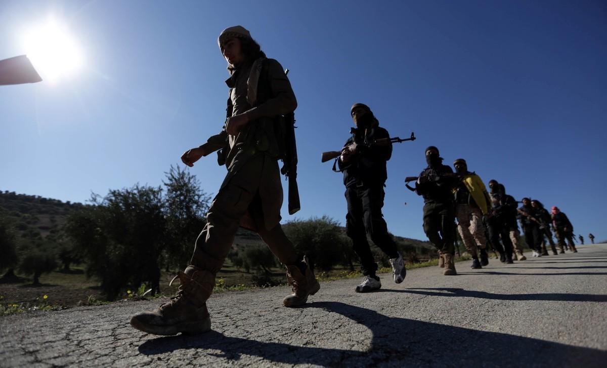 Soldados del Ejército Libre Sirio, apoyado por las tropas de Turquía, avanzan hacia Afrín.