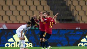 Los jugadores de España Dani Olmo (d) y Jordi Alba celebran uno de los goles ante Kosovo.