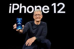 El CEO de Apple, Tim Cook, muestra el iPhone 12 Pro en la sede de la compañía, en Cupertino, California, EEUU, el pasado 13 de octubre de 2020.