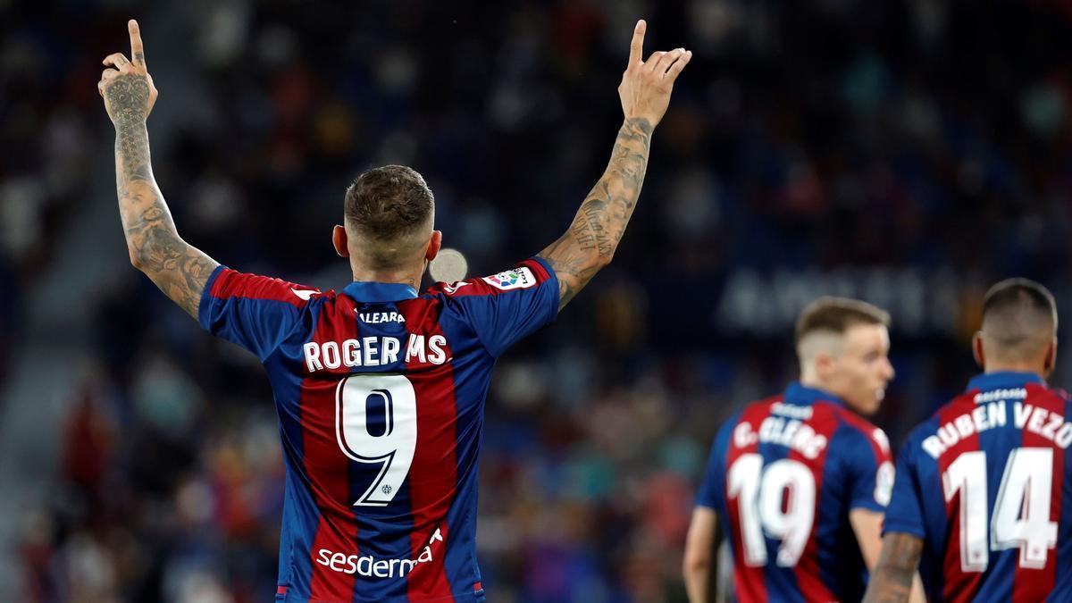El delantero del Levante Roger Martí celebra tras marcar el gol del empate.