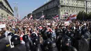 La policía bloquea el paso de los manifestantes, este domingo en Minsk.