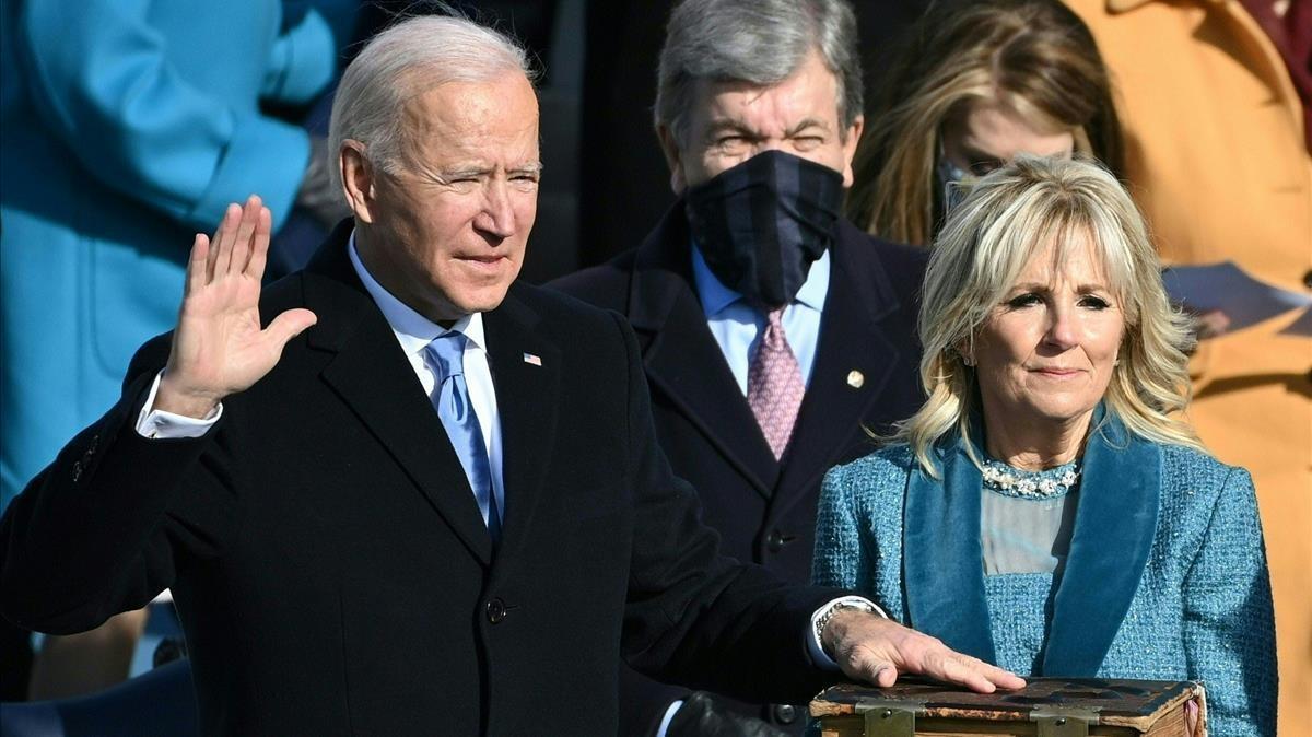 Joe Biden y su esposa Jill Biden durante el juramento.