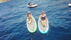 La presentadora y modelo Eva González, con su amiga Blanca Macineiras, en Baleares.