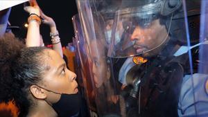 Una joven manifestante se encara a un policía en una protestael miércoles en Nueva Orleans.