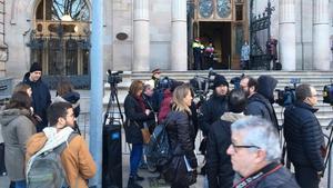 Cámaras y periodistasa las puertas del Palau de Justícia, a la espera de conocer la sentencia del 'caso Palau'.