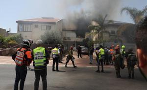 Un cohete lanzado desde Gaza impacta en una casa en la ciudad israelí de Ashdod.