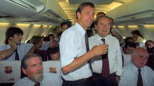 Johan Cruyff y Josep Lluís Núñez, en el vuelo de regreso de Wembley, con la Copa de Europa.