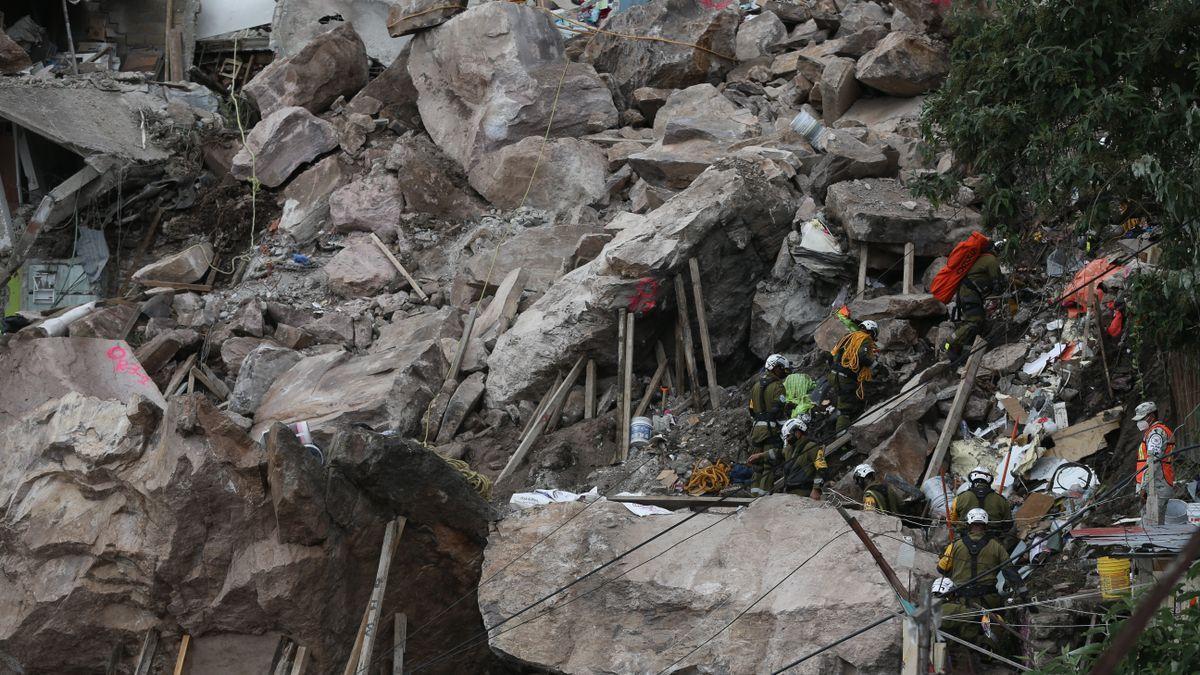 Sigue el rescate tras hallar a una menor muerta en el derrumbe de un cerro en México.