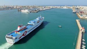 Buque de Transmediterránea partiendo del puerto de Valencia.