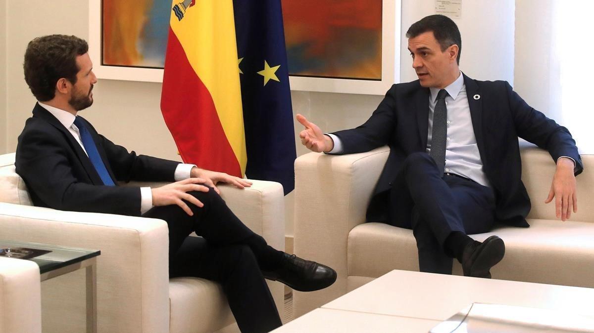 El presidente del Gobierno, Pedro Sánchez, y el líder del PP, Pablo Casado, durante su última reunión presencial, el pasado 17 de febrero en la Moncloa.