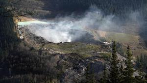 Una columna de humo sale del vertedero de Zaldibar.