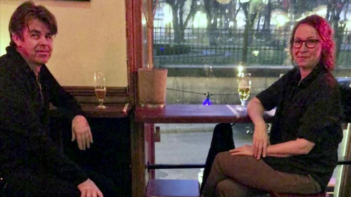 Dos personas respetando la distancia, en un bar de Estocolmo.