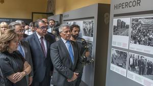 La vicepresidenta SorayaSáenz de Santamaría,el ministro Juan Ignacio Zoido,el 'conseller' Jordi Jané y el presidente de la ACVOT, José Vargas, este lunes, en la exposición sobre el atentado de Hipercor.