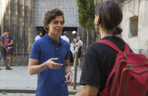 Javier Garro, con un joven frente a la iglesia de Santa Anna.