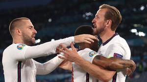 Kane (derecha) celebra uno de sus goles junto a Sterling y Shaw.