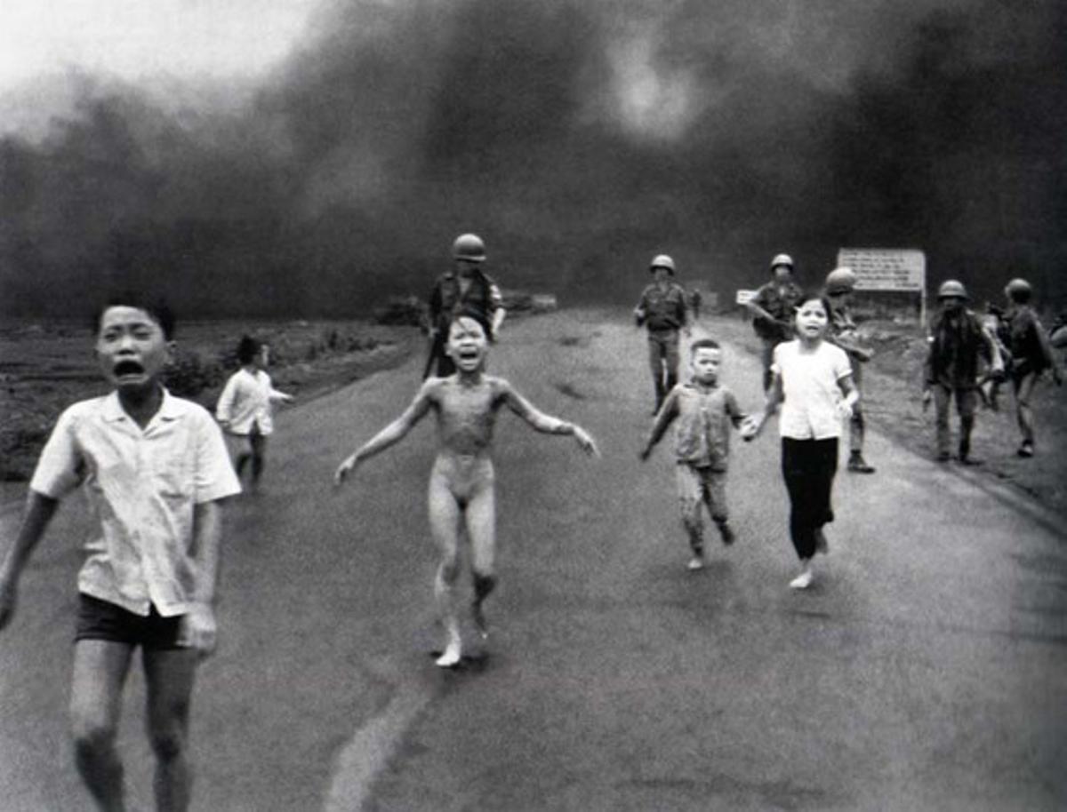 Imagen icónica de la niña alcanzada por un bombardeo con napalm en EEUU.
