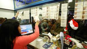 Venta de Lotería del Niño en una administración de Barcelona.