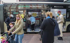 La pandemia reduce a la mitad el uso del transporte público en el año 2020. En la foto, usuarios del autobús en Barcelona.