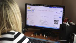 Una mujer visitala página de la Agencia Tributaria para la declaración de la renta sobre el 2019.
