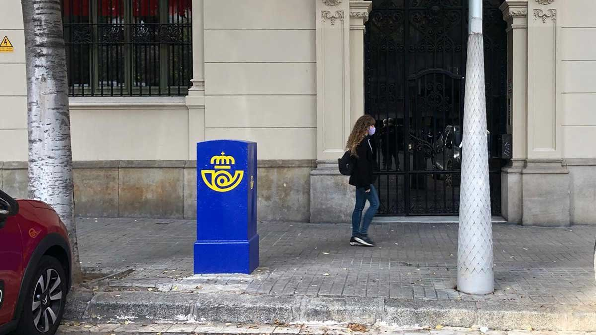 Un buzón de alcancerecién pintado de azul, en Barcelona.