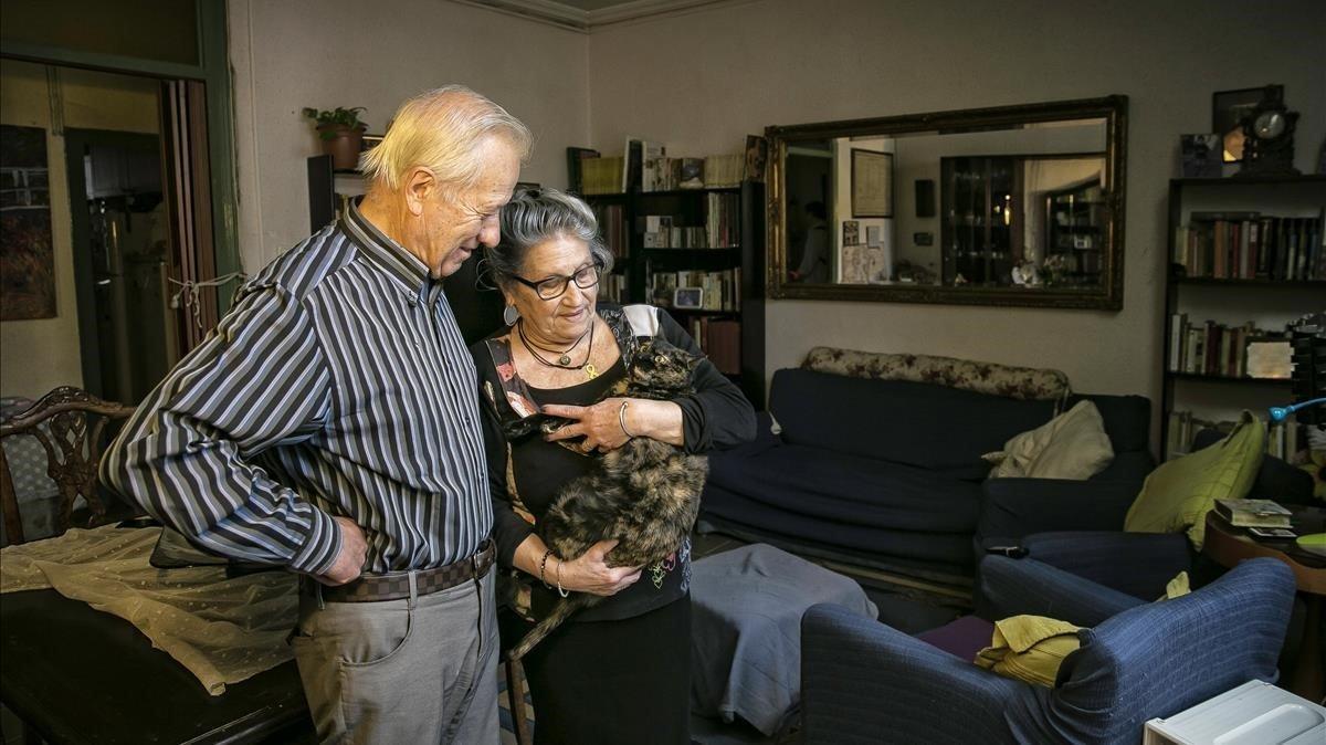 Joan y Montse, en su casa, donde residen desde 1957.