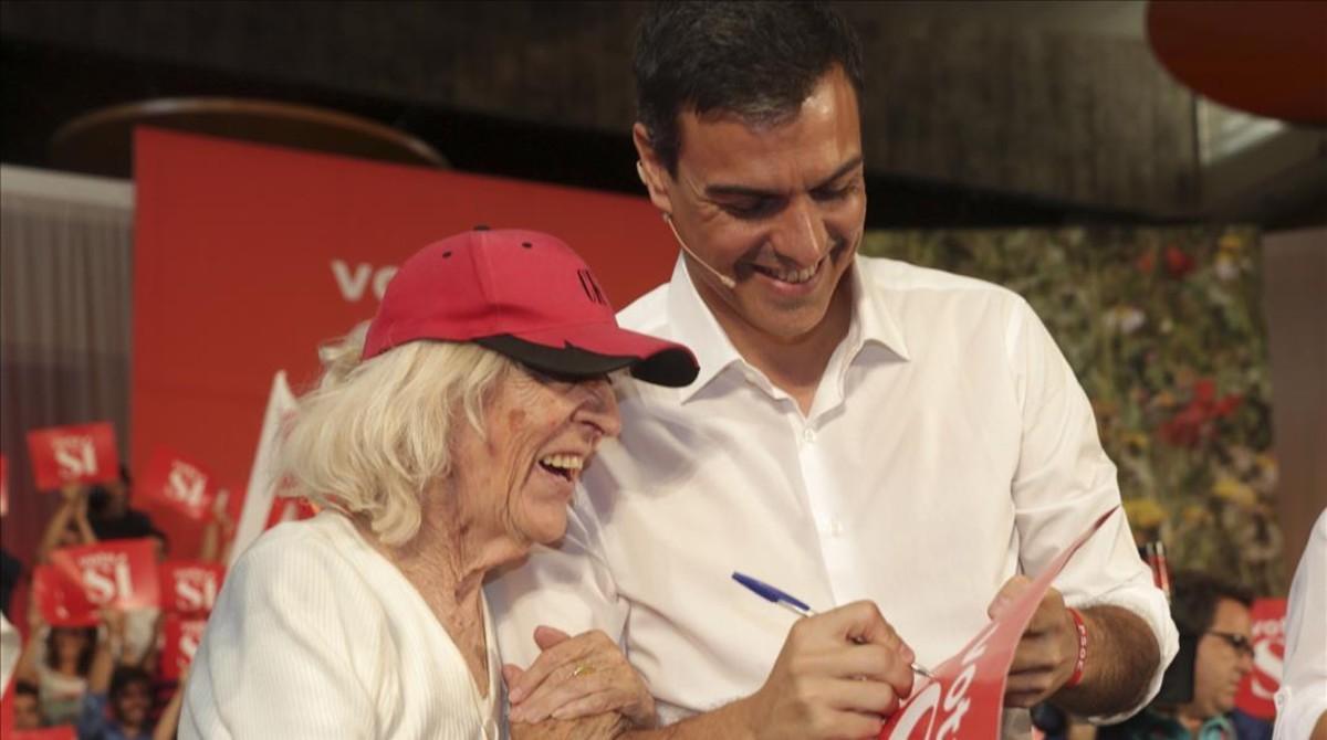 Pedro Sánchez, junto a una simpatizante, este domingo en Zaragoza.