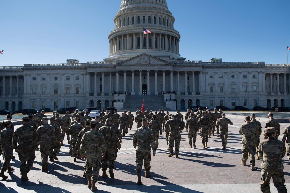 Soldados de la Guardia Nacional se dirigen al Capitolio, este martes.