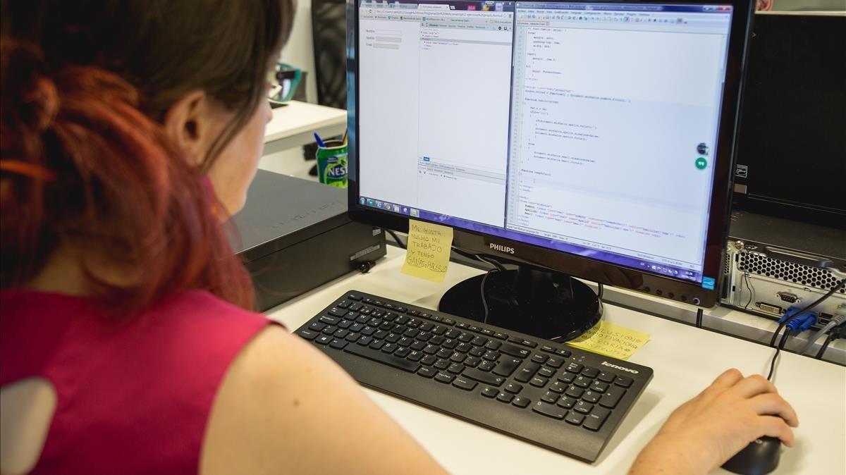 Una joven con asperger, en una empresa de Sant Cugat que emplea a personas que tienen este síndrome.