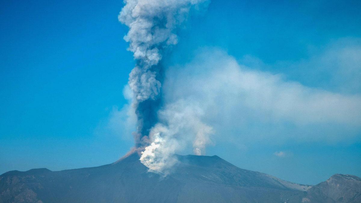 El Etna, activo, visto desde Giarre, en Sicilia.