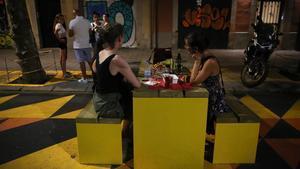 Cena nocturna en una de las mesas instaladas en el eje de Borrell.