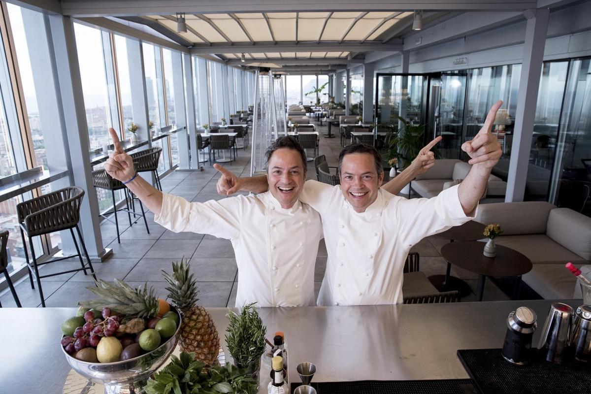 Los hermanos Sergio y Javier Torres, en el reformado restaurante Dos Cielos.