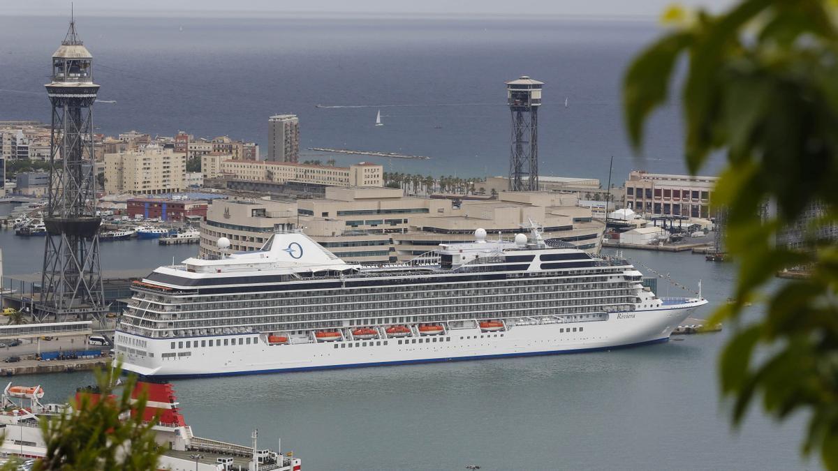 El crucero Oceania Riviera en el puerto de Barcelona.