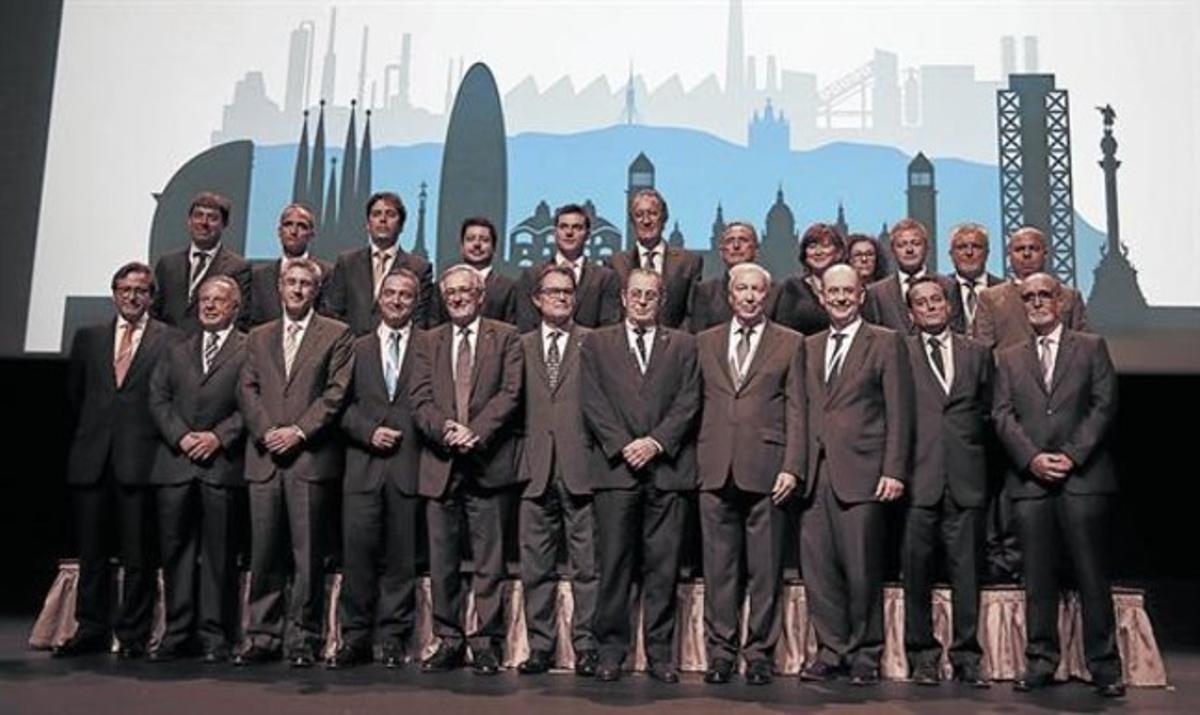 Artur Mas (en el centro) con directivos de las empresas premiadas, ayer en Barcelona.